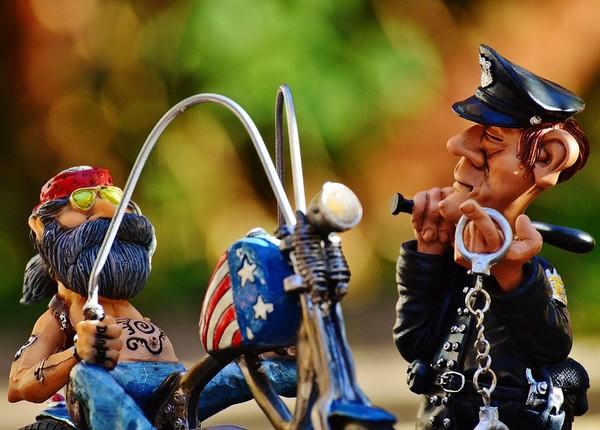 Какой сейчас штраф за езду без шлема для водителя и пассажира