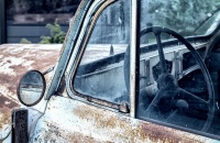Сломанный старый автомобиль