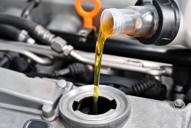 Обслуживание автомобиля: масло в двигатель thumbnail