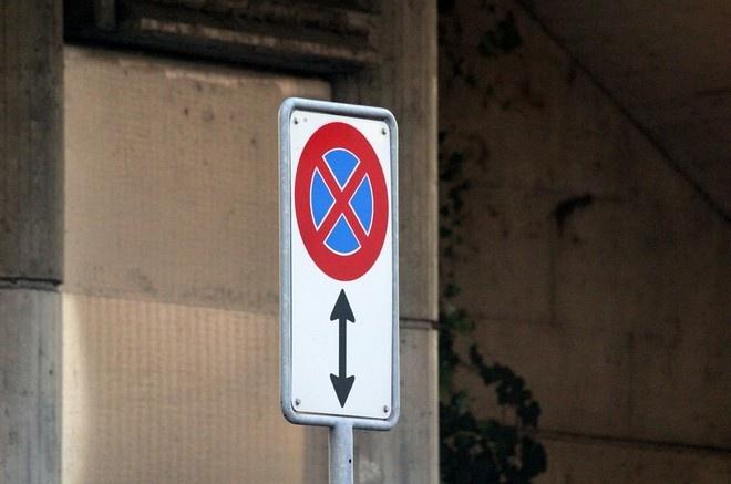 нарушение остановка под дорожным знаком