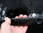 Как открыть замороженную дверь в машине?