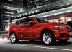 BMW X6 M ярко красный в городской суете