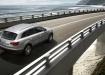 Audi Q7 - официальное фото, в движении по мосту