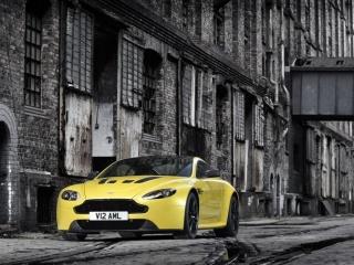 Aston Martin V12 Vantage в жёлтом цвете