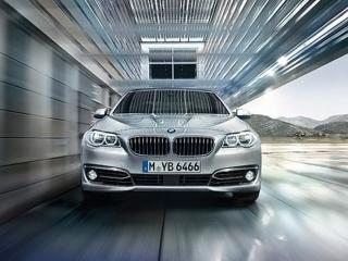 BMW 5 series - вид спереди в движении, официальное фото
