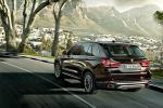BMW X5 - в движении, вид сзади
