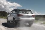 Audi Q7 - официальное фото, на просёлочной дороге