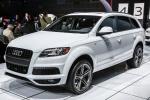 Audi Q7 в шоу-руме в автосалоне