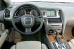 Audi Q7 - интерьер салона авто 2007 года (первое поколение)