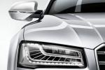Audi S8 крупным планом передняя часть: фара, решётка радиатора