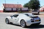 Bugatti Veyron Grand Sport в городе на дороге