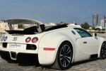 Bugatti Veyron Grand Sport 2011 года с поднятым спойлером